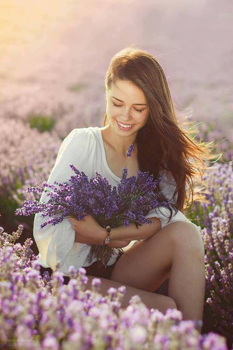"""ॐ - """"Eu só vim lhe desejar um dia lindo. Com flores pelos caminhos ."""